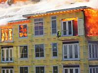 絶体絶命の大ピンチ。火災現場に一人取り残された男性がギリギリで救助される