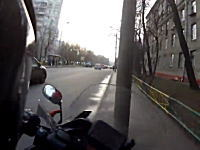 馬鹿ドライバーのサイドアタックを食らって電柱と激突してしまったライダー。