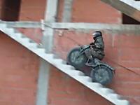 2つのバッグに収納して持ち運びのできる前後2輪駆動の凄いバイクができた動画