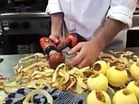 リンゴを大量に使う料理人が編み出した「たくさんのリンゴを素早く剥く方法」