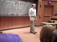 これは騙されるwww大学の最初の授業に偽物の教授が登場し生徒たちを騙す。