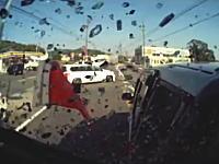 うわあ(@_@;)モロすぎる。ミニストップに入ろうとしたファンカーゴに突っ込むトラック車載