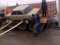 それは無理すぎるwwwロシア人の荷台から車を下ろす方法があほすぎて笑うww