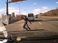 故障して高速道路の本線上に三角表示板を立てようとしていた男が危険すぎるw