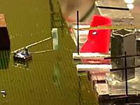 技術。極小(ミリ単位)のロボットたちが高速で動作しながら格子状の柱を作る動画。