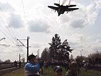 軍事動画。ウクライナのクラマトルスクでMiG-29が低空飛行を行い人々を驚かす。