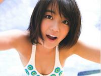 森田涼花 ビーチで白のビキニ水着をまとってポーズ