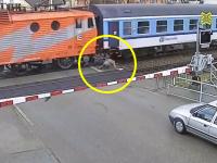 痴呆老人か?遮断機の下りた踏み切りに侵入したおじいちゃんが通過列車に轢かれかける