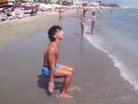 これは人間の動きじゃなくね?ビーチで凄い男が撮影される。特に後半すげえw