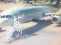 これはマズい。駐機中のボーイング757に突っ込んでしまうトラックの映像。賠償金・・・。