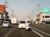 埼玉県でオラオラ運転のビッグスクーターが事故を起こす車載。頭わるすぎるww