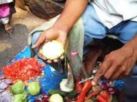 売れ行きよりも破棄される食材の値段の方が高そうに思えるインドの実演販売