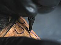 ブィィンとTATTOOを彫る機械彫りの手元をズームでスローモーション動画。