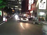発作?歩道にいた女性が突然車道側に頭からぶっ倒れてしまうドラレコ映像。
