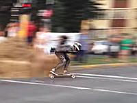 スケボーレースの痛そうなクラッシュ映像。逃げる方向を誤ってドーン。