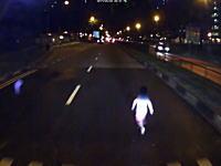 母親失格。大通りに飛び出してきた幼児が危なすぎる車載。よく止まれたGJ。