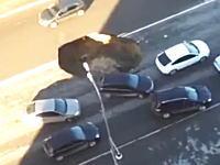 一台ピンチすぎる。交通量の多い道路の真ん中に突然大穴が出現する瞬間。