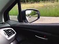 一瞬劇場。オランダの公道でまさかの車に追い越されたドライブレコーダー。8秒。