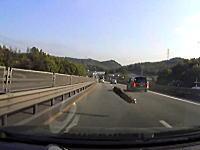 全ては落としたヤツが悪いんだけど。道路上の落下物のせいで大きな事故にドラレコ