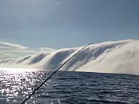 なんだこの雲は。濃い霧か。ミスト(映画)かよ的な不思議な景色が広がった湖