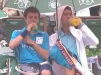 雨が止むまで。テニスプレーヤーがボールボーイと乾杯!!