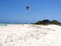 すげえ。カイトサーフィンで島を飛び越える世界チャンピオン。Youri Zoon