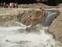 作業員の川流れ。川岸で作業していた3人の作業員が激しい濁流に飲み込まれてしまう