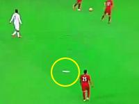 ファンがスタンドから投げた紙飛行機が選手の頭部にヒットした大盛り上がり。サッカー。