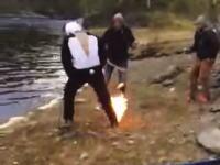 外人のノリwwwバットまわりゲームでパンダがチキンを抱いたら引火して池ポチャ