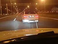 無茶しよる。シルビアを牽引するBMWが高速道路で180km/hの大暴走。