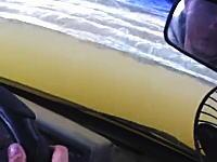 川の中に突っ込んで向こう岸に渡るオフ走行の車内はこんな感じらしい動画。
