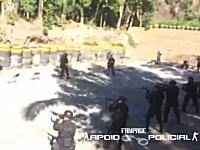 ブラジルの特殊部隊の訓練が危険すぎる。実弾射撃している前を仲間が歩く。