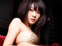 三井麻由 赤のタイトなミニスカートを身につけてセクシーポーズ