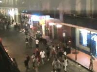 繁華街で起きた銃撃戦で関係のない9人が負傷。その瞬間を捉えた映像がアップ。