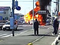 路上で車が炎上⇒爆発⇒の時に横を通った軽バンに火が燃え移る