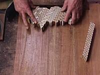 複数の木を張り合わせて模様を作りカンナで薄く削り取る。「ズク」を作る職人ワザ。