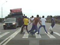 恐怖の瞬間。横断歩道上の6人がトラックに轢き殺されそうになる車載動画。
