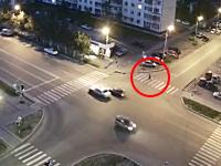 横断歩道を渡っていた歩行者が暴走者にはねられて即死。30メートル近く飛ばされる。