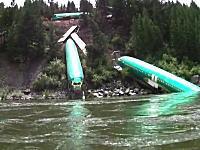 なんだこの光景www川下りをしていたらボーイング737の胴体が転がってたw