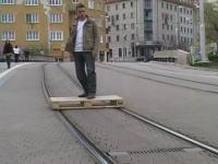 この発想はなかったwww路面電車の線路にただ乗りする男。