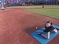 無駄にセクシーwww台湾野球の始球式が人気に。脱ぐのかよw