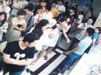 中国でフルボッコ。切符売り場の列でボコられた男性がフラフラに。怖すぎ