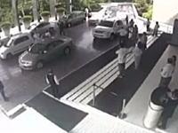 客「俺の車(ガヤルド)を回してくれ」⇒配車係がアクセルを踏み過ぎて大破w