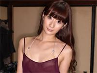 中川杏奈 ナースコスプレ、告白したり、制服を脱ぎながら床に寝転がってセクシーポーズ