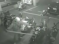 京都盗難。バイクはこうして盗まれる。簡単にハンドルロックを外して持ち去る二人組