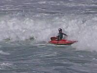 あっぶな!海でカヤックに乗っていた女性が波に押されて消波岩に激突