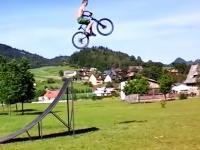 あほい挑戦。自転車で大ジャンプした先に何もなければ落ちてくるしかないだろww