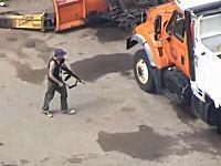 リアルGTA。アサルトライフルを持った男が逃走車を探しながら徘徊している様子を空撮