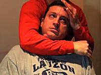 絞め落とされた人はこうなる動画。絞められ顔が赤くなり眼球が上を向きガクーン