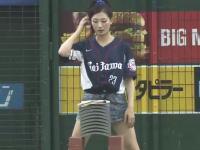 海外「ジャパンの野球ワロタ。開始前にカワイイ女の子が瓦割りしてんw」